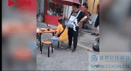 妻子雨中吃面丈夫身旁打伞,这才是爱情的样子!令人羡慕